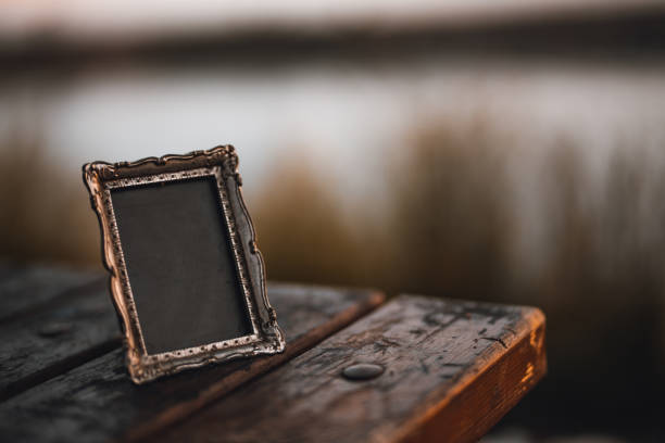 empty-photo-frame-on-a-wooden-table-picture-id1151479386
