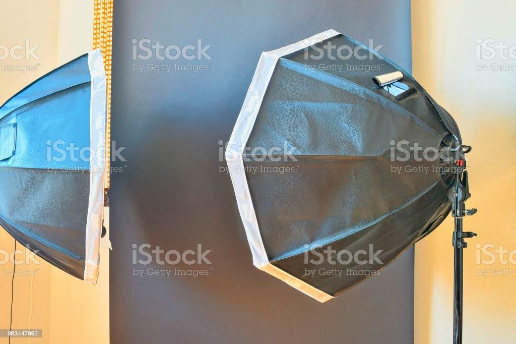 Studio photo vide avec matériel d'éclairage. Fond noir en studio photo - Photo de Appareil photo libre de droits