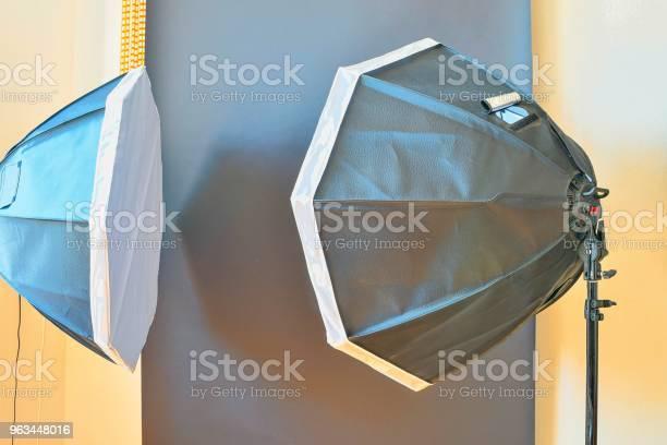 Puste Studio Fotograficzne Ze Sprzętem Oświetleniowym Czarne Tło W Studiu Fotograficznym - zdjęcia stockowe i więcej obrazów Aparat fotograficzny