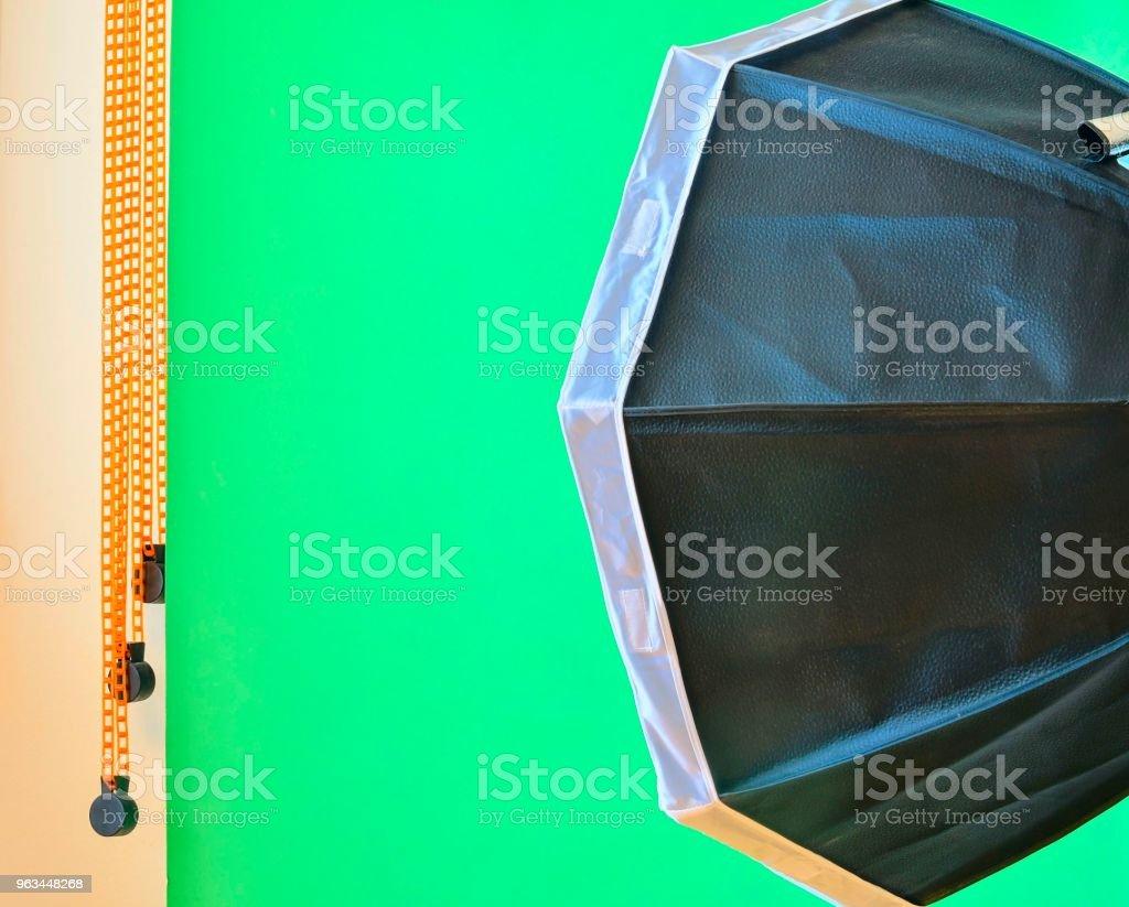 Boş fotoğraf stüdyosu ekipman aydınlatma ile. Yeşil arka planda fotoğraf stüdyosu - Royalty-free Arka planlar Stok görsel