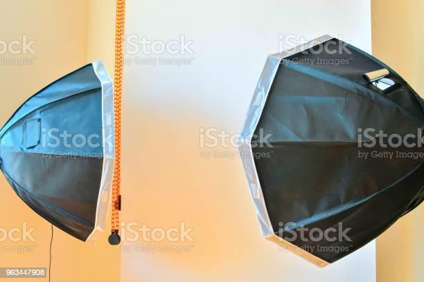 Puste Studio Fotograficzne Ze Sprzętem Oświetleniowym Białe Tło W Studiu Fotograficznym - zdjęcia stockowe i więcej obrazów Aparat fotograficzny
