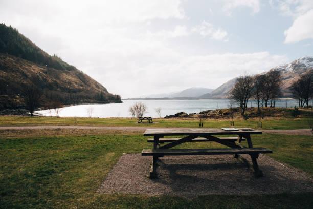 leeren picknicktisch durch loch eil, fort william, schottland. - picknick tisch kühler stock-fotos und bilder