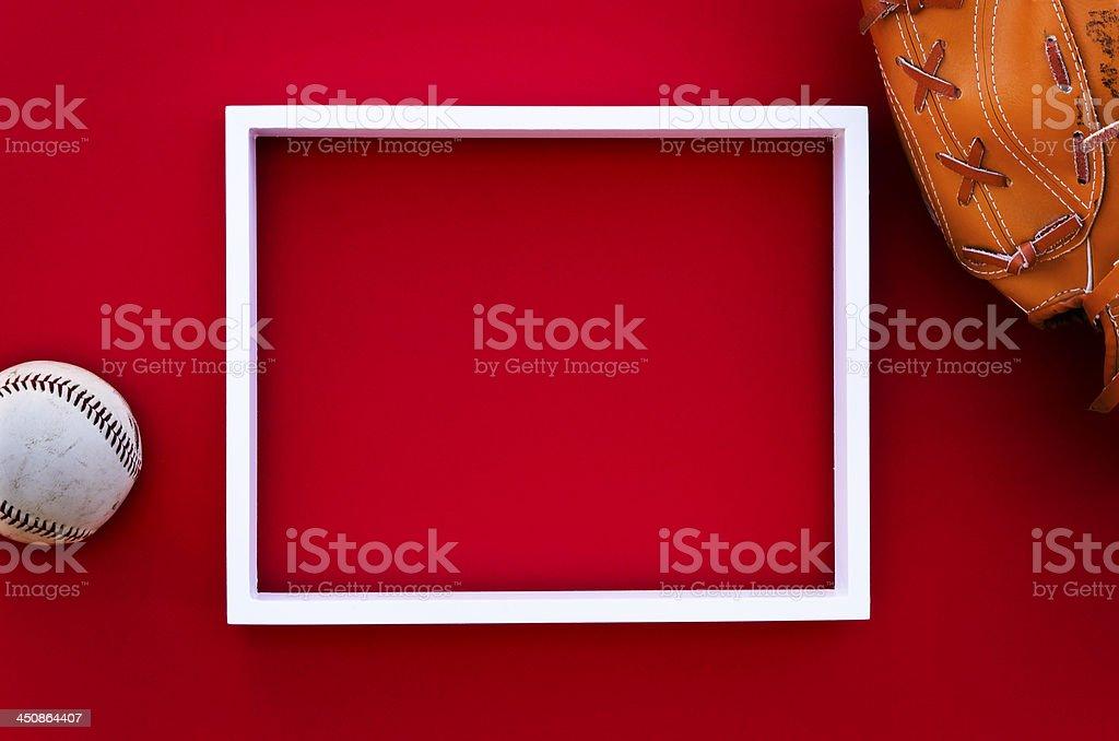 Leere Bilderrahmen auf eine Rote Wand mit baseball-Ausstattung – Foto