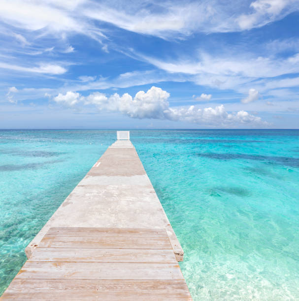Leere Steg in karibbem Meer mit türkisfarbenem Wasser – Foto