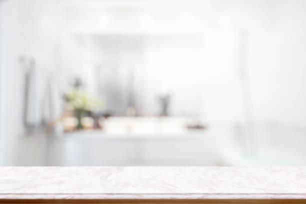 leere rosa marmor tisch für produkt anzeigen montage mit unscharfen badezimmer interieur bckground. - badewanne holz stock-fotos und bilder