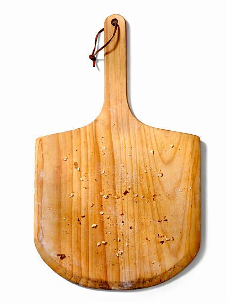 leere pizza-board mit paniermehl - brotschneidebrett stock-fotos und bilder