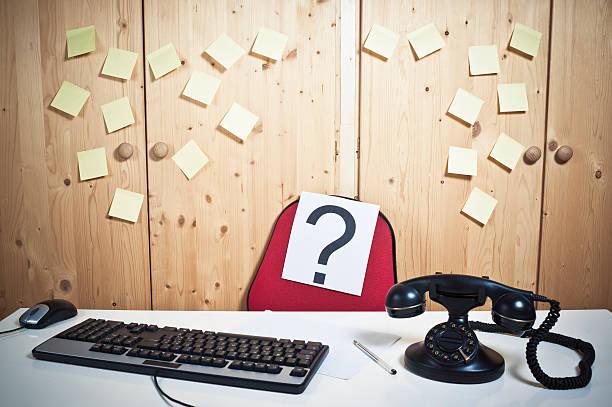 leere arbeitsstätten, schreibtisch mit fragezeichen - abwesenheit stock-fotos und bilder