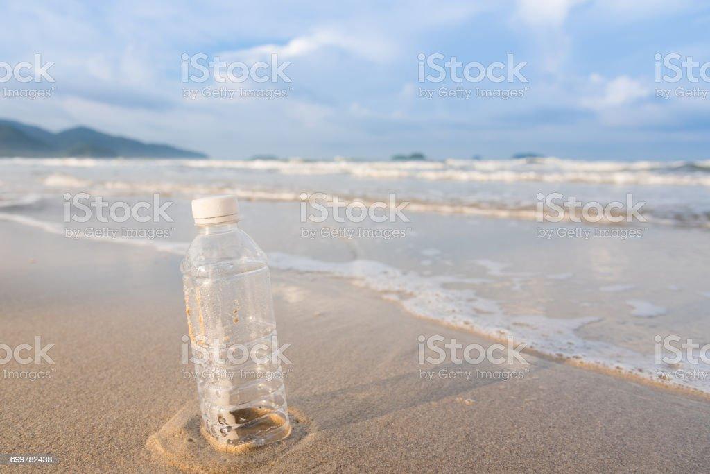Leere Plastikflasche am Strand am Morgen. – Foto
