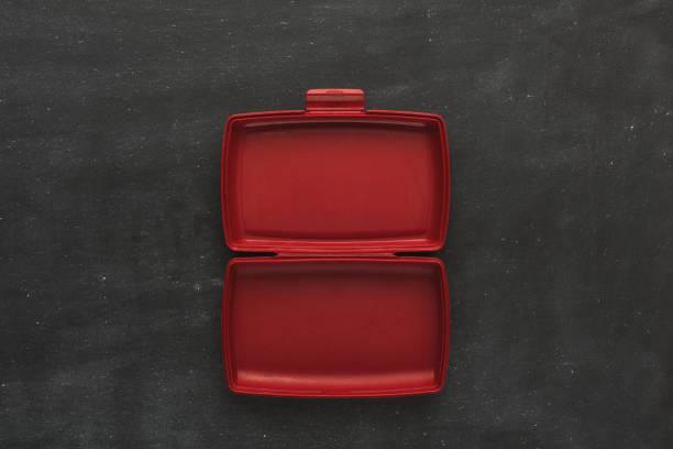 tom plast matbehållare på svart bakgrund - lunchlåda bildbanksfoton och bilder