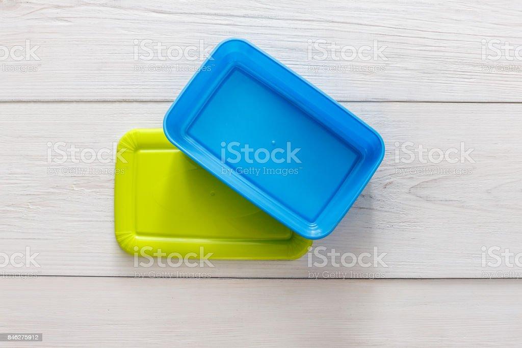 Leere Kunststoff Lunch-Boxen auf weißem Holz, Top Sicht – Foto