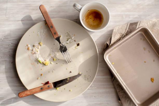 tom tallrik och ugnsfast form på bordet - tallrik uppätet bildbanksfoton och bilder