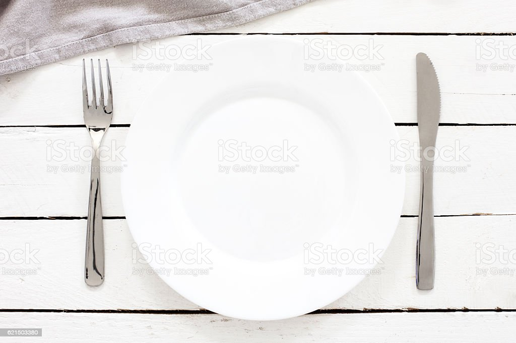 Empty Plate And Cutlery On The Wooden Table Lizenzfreies stock-foto