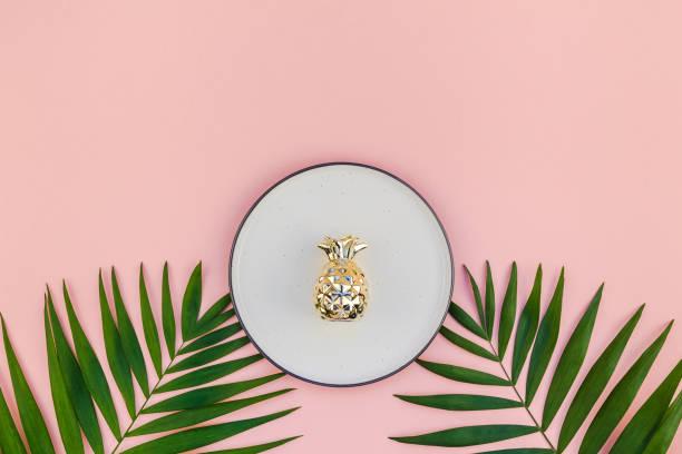 maquette de l'assiette vide avec tropical vert feuilles - jungle menu photos et images de collection