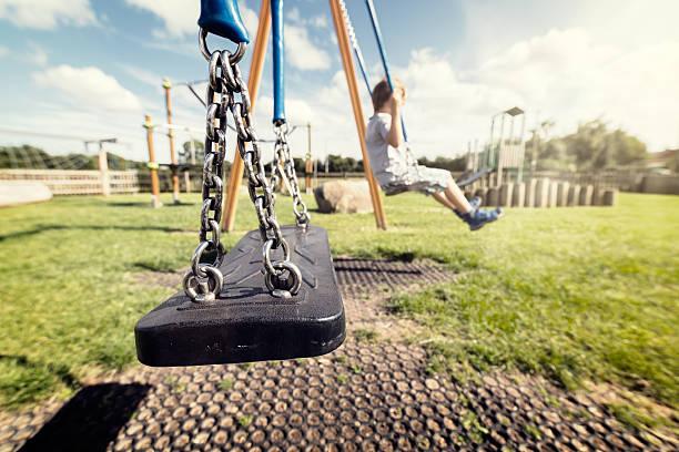 leere spielplatz swing - kind schaukel stock-fotos und bilder