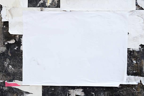엠티 포스터를 그런지 벽 - 구겨진 뉴스 사진 이미지