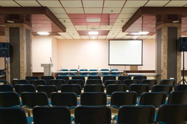 空のプレゼンテーション ルームで会議準備 - 芸能・娯楽施設 ストックフォトと画像