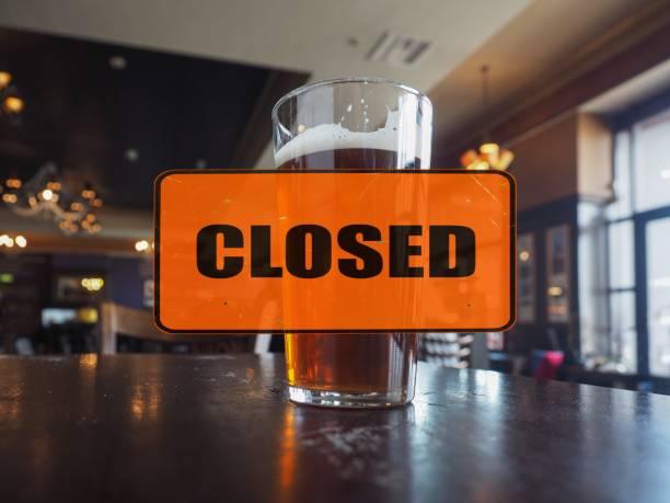 Pub vazio com placa fechada - foto de acervo