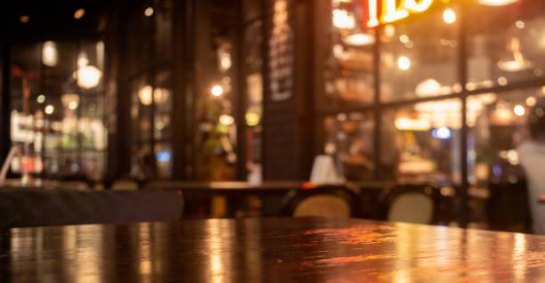 mesa de madera real vacía con reflexión ligera sobre la escena en el restaurante, pub o bar por la noche. - bar fotografías e imágenes de stock