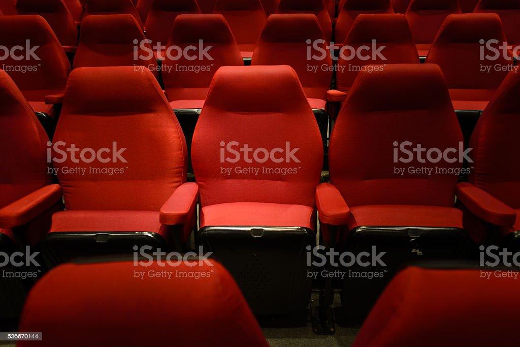 Leere Rot Kino Stühlen, rote Sitze. Dunklen Ton – Foto
