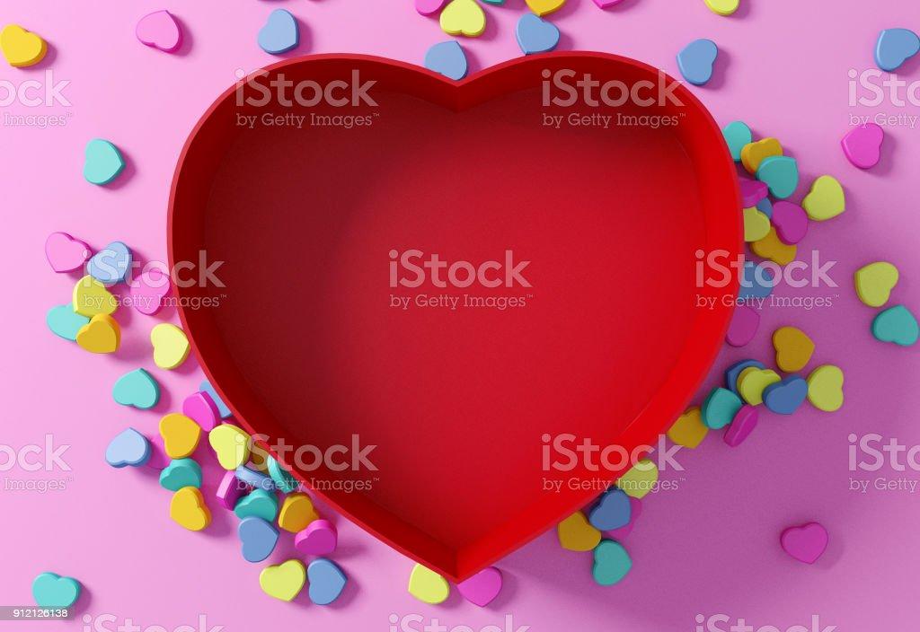 Leere rote herzförmige Box mit Mini-Herzen – Foto