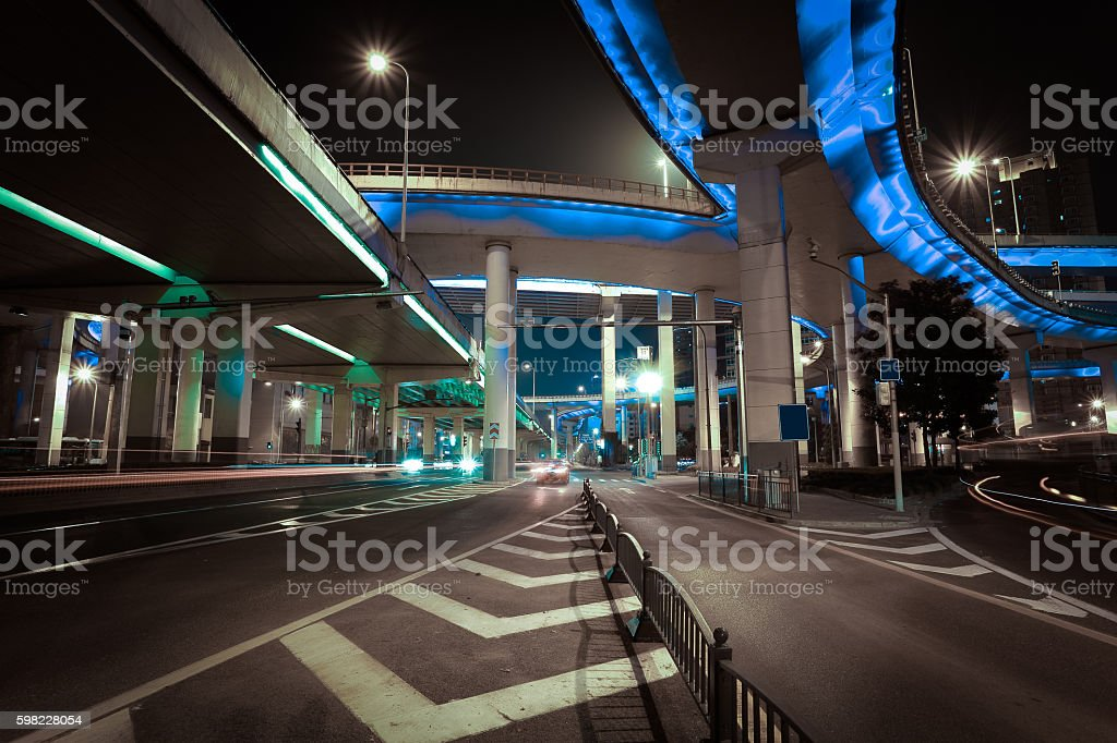 Estrada vazia com piso elevado ponte de noite cidade foto royalty-free