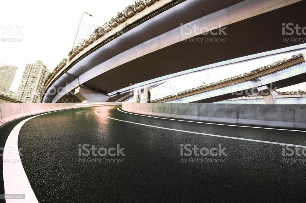 Empty road floor with city overpass viaduct bridge foto stock royalty-free