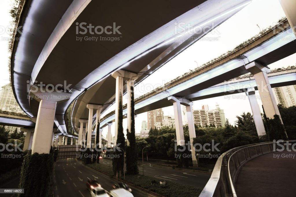 Empty road floor with city overpass viaduct bridge foto stock royalty-free