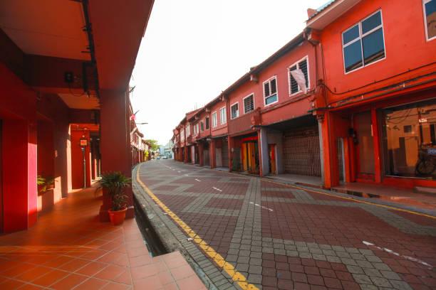 lege weg in melaka stad tussen rode gebouwen - malakka staat stockfoto's en -beelden