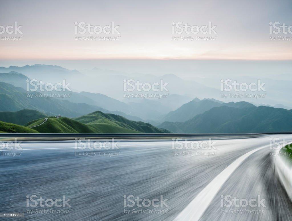 leere Straße Reise durch Gebirge, Bewegungsunschärfe – Foto