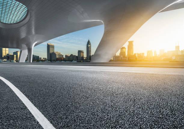 lege weg met skyline van de stad - boog architectonisch element stockfoto's en -beelden
