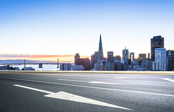empty road with cityscape and skyline of san francisco sunrise – Foto