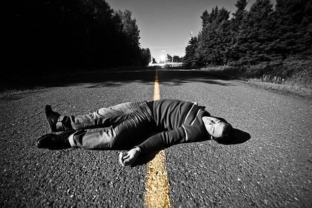Estrada vazia com Dead Body no meio - foto de acervo