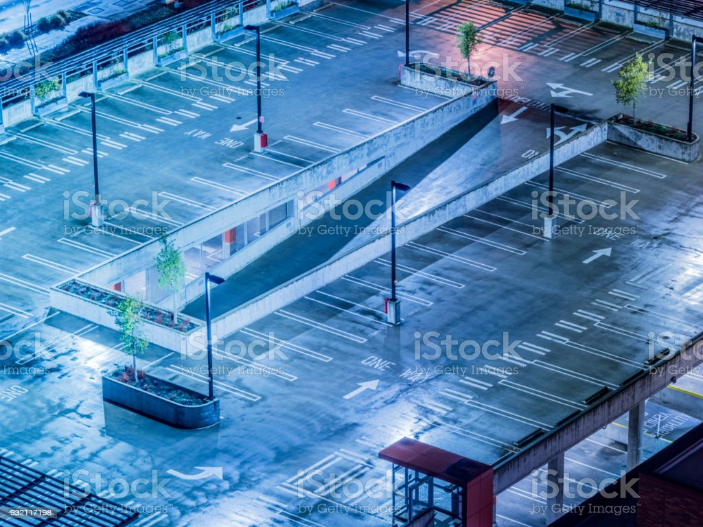 Parkplatz leer auf dem Dach – Foto
