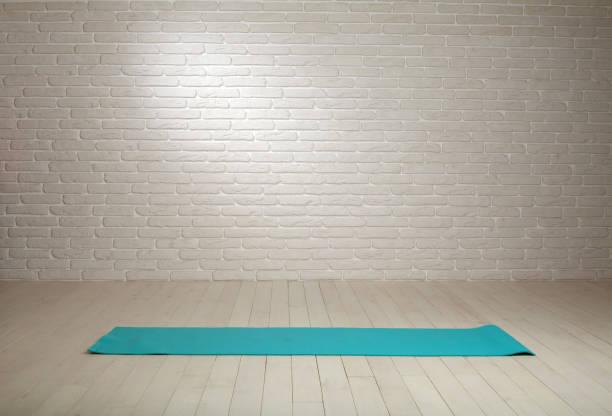 leeren raum hintergrund holzboden weiße mauer passen matte - meditationsräume stock-fotos und bilder
