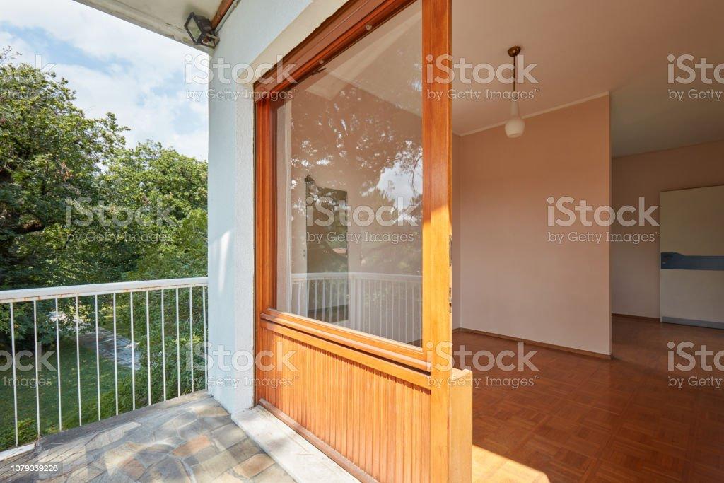 Vaciar El Interior De La Habitación Y Terraza En Casa De
