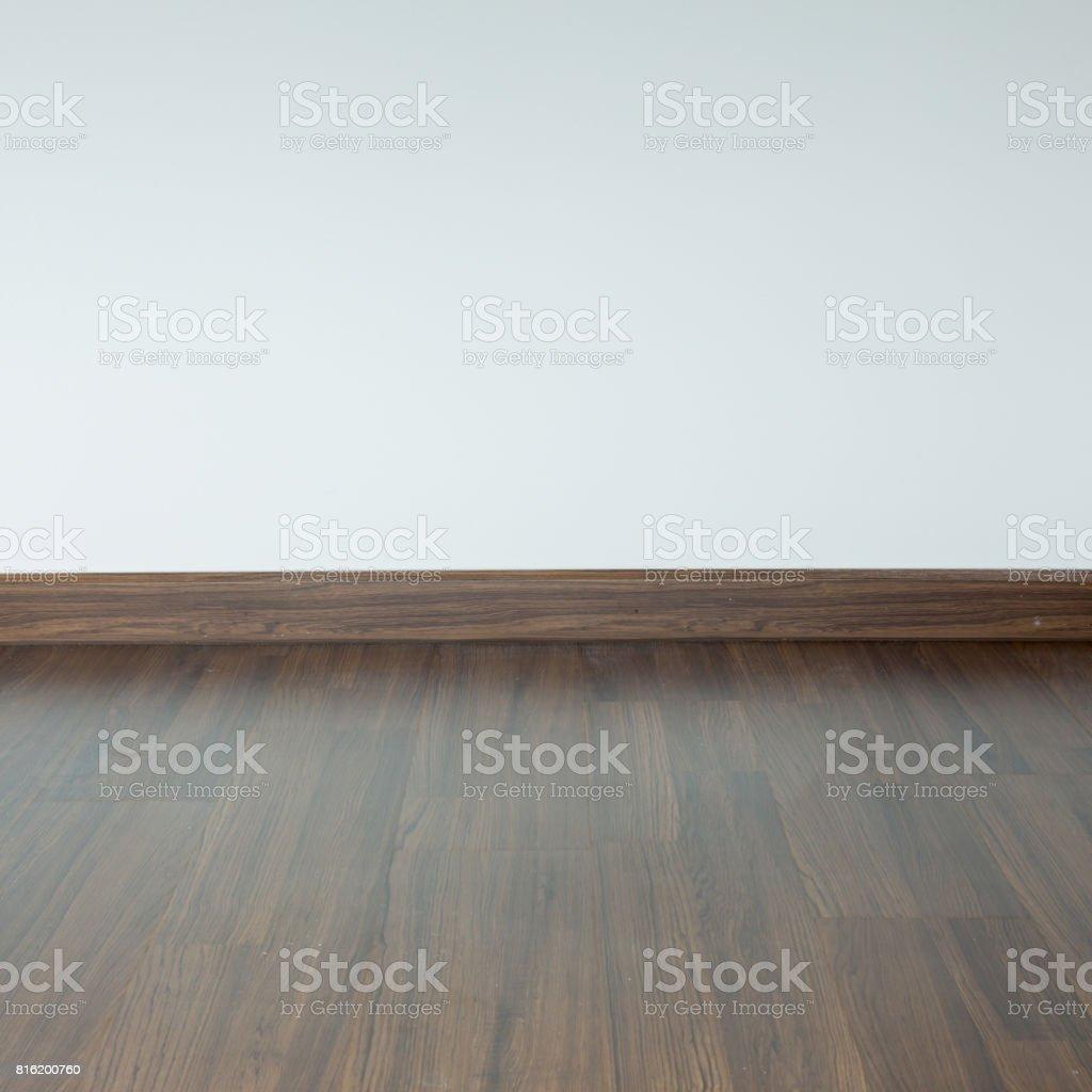 Leeren Raum Interieur, Braune Holz Laminatboden Und Weißen Mörtel Wand  Hintergrund Lizenzfreies Stock Foto