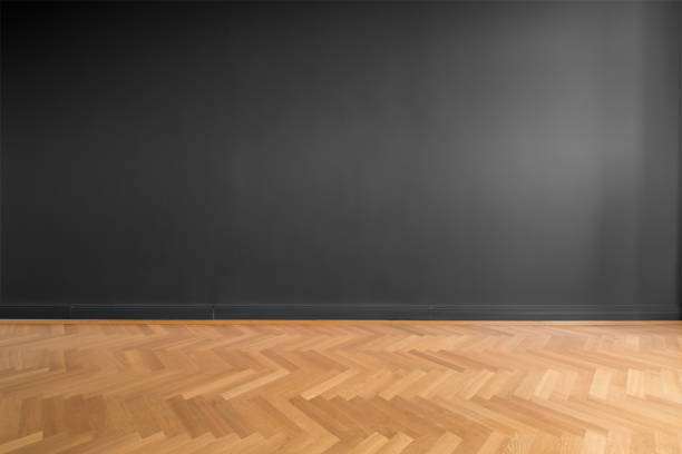 leeren Raum mit schwarzen Wand Hintergrund und Holzparkett – Foto