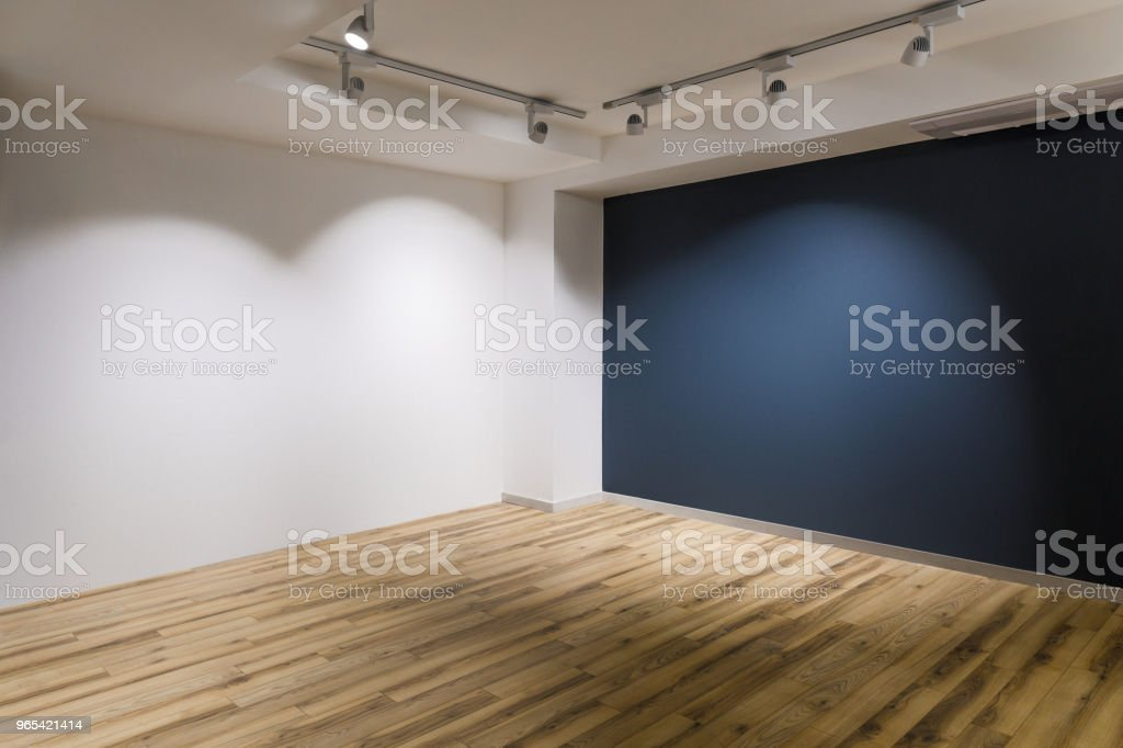 空蕩蕩的房間, 牆上有深色和白色的牆壁和木地板 - 免版稅地板圖庫照片