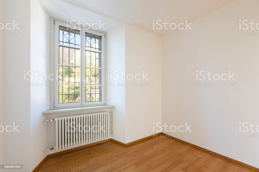 Empty room with parquet and window overlooking the castle - foto stock