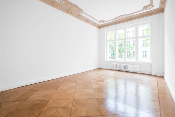 Leeren Raum mit Parkettboden und Stuckdecke - neu renovierte Wohnung im Altbau – Foto