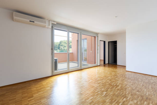 Leeres Zimmer mit weißen Wänden und Fenster mit Balkon. – Foto