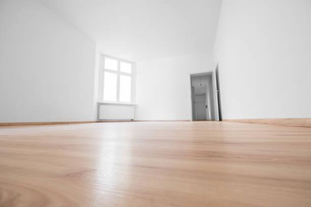 lege ruimte, houten vloer in nieuw appartement - laag camerastandpunt stockfoto's en -beelden