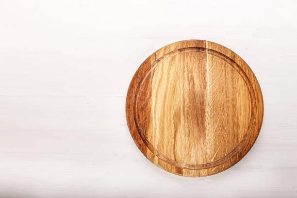 empty round pizza board on white wooden background. - top view, wood table, empty imagens e fotografias de stock