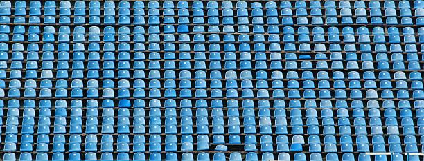 fileiras vazias de assentos azuis do estádio - banco assento - fotografias e filmes do acervo