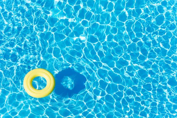 Leere Gummiring auf blauem Wasser schwimmende – Foto