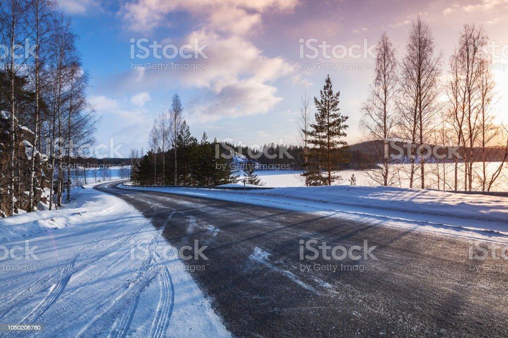 Leerer Landstraße an einen See Küste, winter – Foto