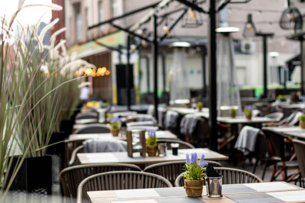 restaurante rústico vacío con ahora personas y clientes durante la covida pandemia del virus corona 19 apagado. - restaurante fotografías e imágenes de stock