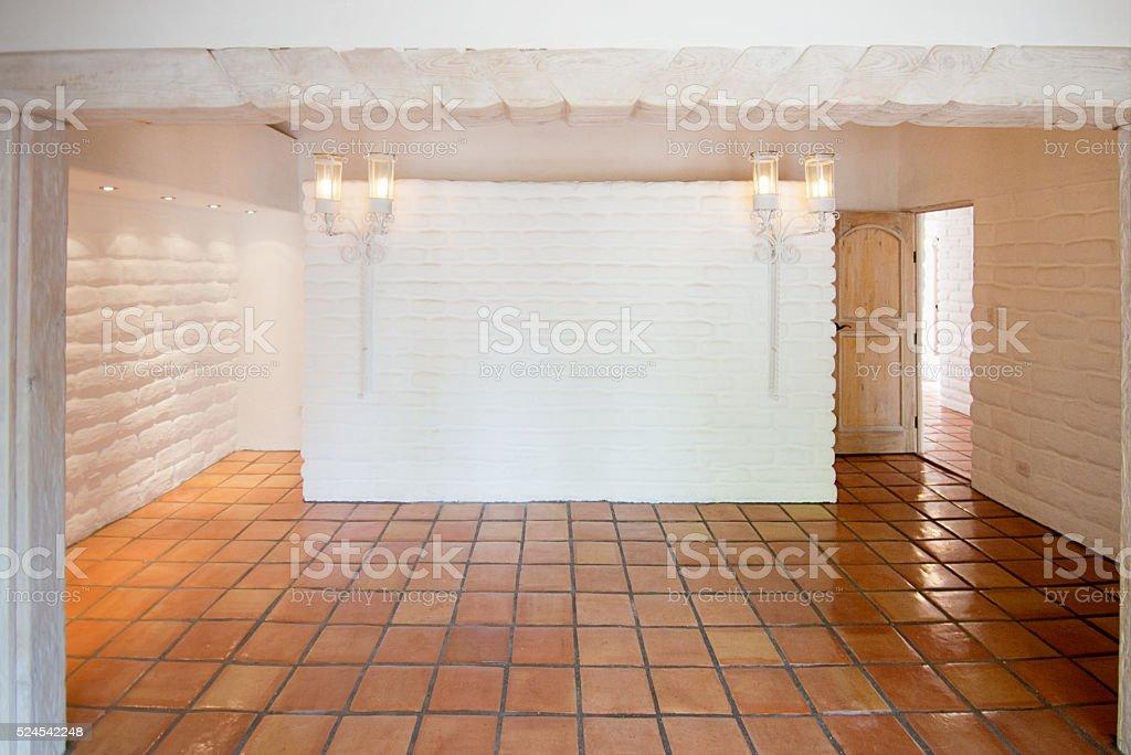 Rustico bianca vuota camera con muro di mattoni di adobe e
