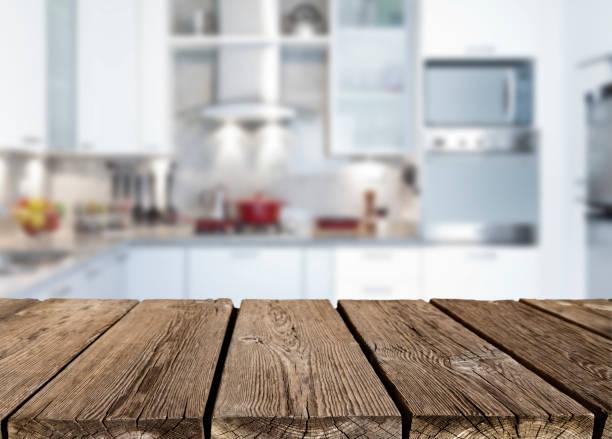 leere rustikale holz küchenarbeitsplatte - küche rustikal gestalten stock-fotos und bilder
