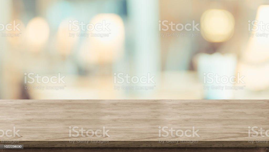 Mesa de madeira rústica vazia e mesa de luz suave turva no restaurante com bokeh de fundo. modelo de exibição do produto. Apresentação do negócio. - foto de acervo